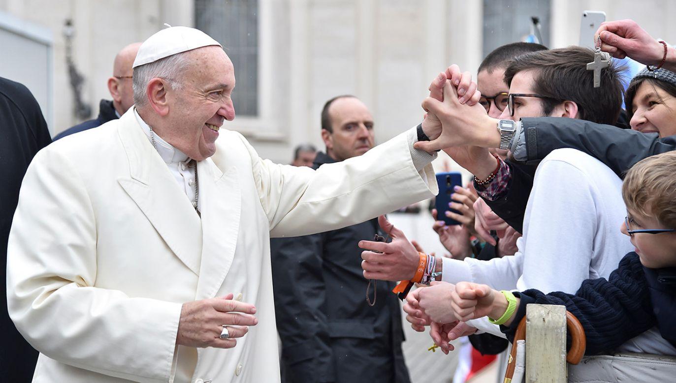 Papież Franciszek podczas audiencji na Placu Świętego Piotra w Rzymie (fot. REUTERS/Alberto Lingria)