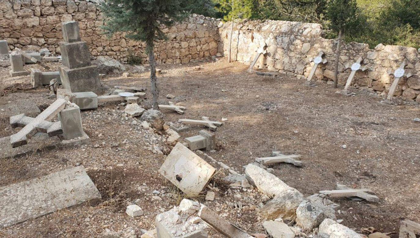 Zakonnicy zajmujący się utrzymaniem cmentarza odkryli zniszczenia płyt nagrobnych w środę (fot. TT/Ambasada Polski w Izraelu)