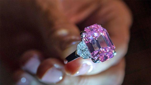 Rzadki różowy diament waży aż 18,96 karata (fot. PAP/EPA/MARTIAL TREZZINI)