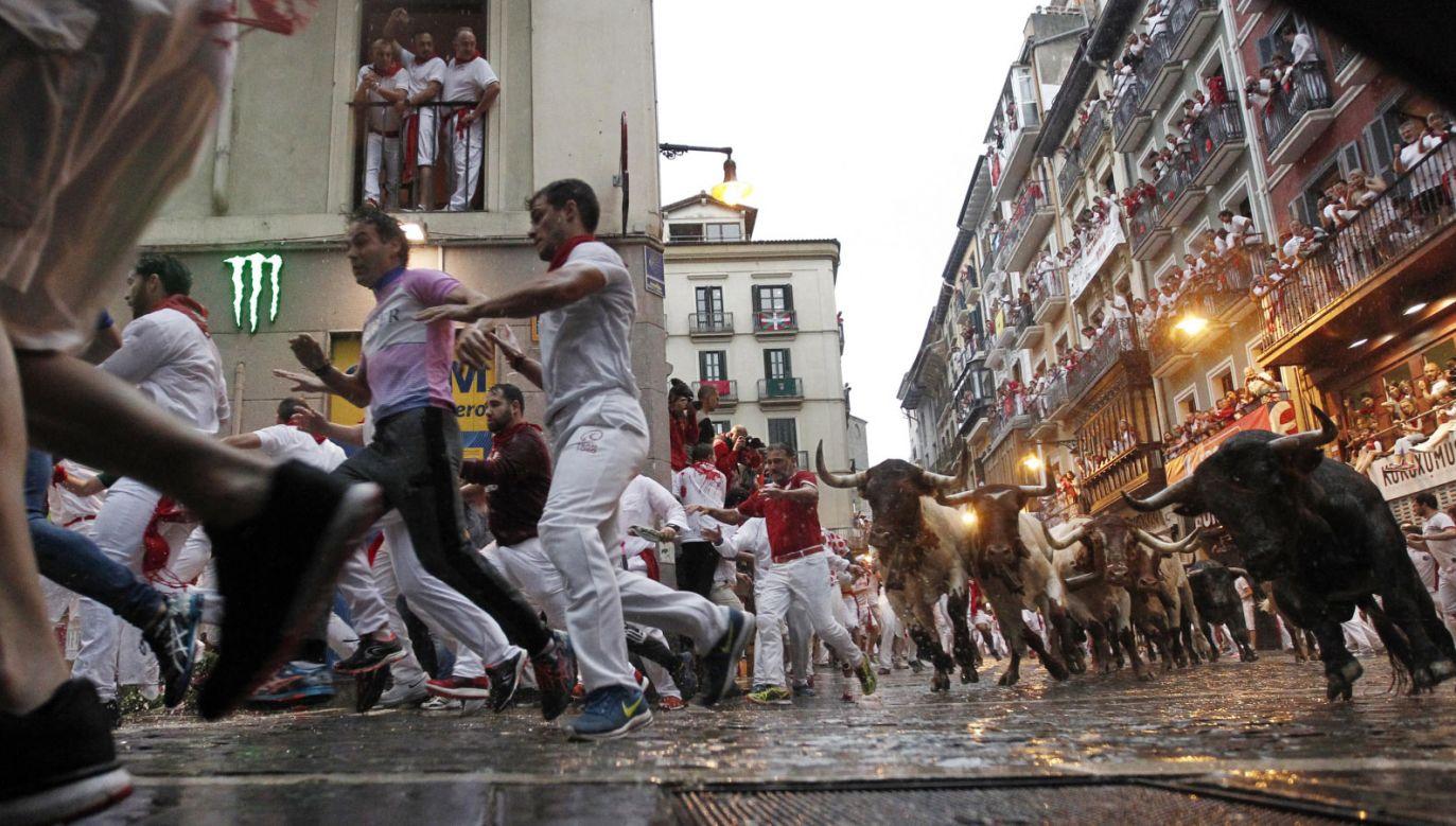 Uczestnicy biegu ślizgali się po mokrej nawierzchni (fot. PAP/ EPA/JESUS DIGES)