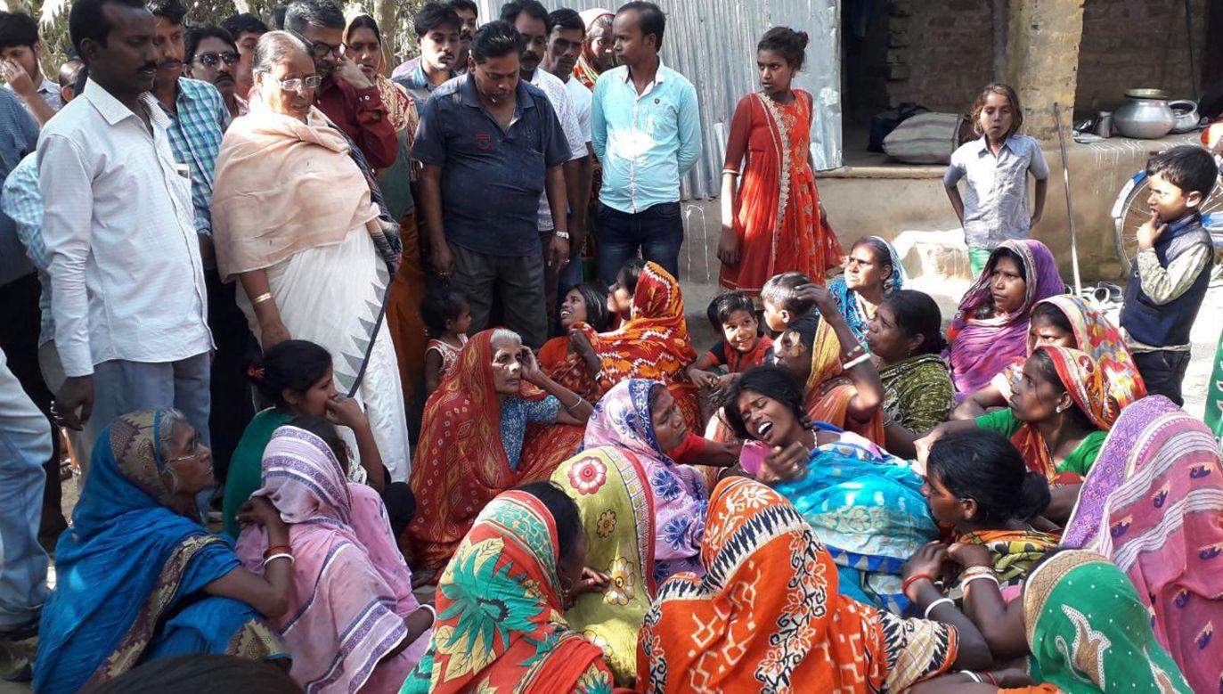 Rodziny opłakujące ofiary zatrucia bimbrem. Listopad 2018 r. (fot. Getty Images/Saikat Paul)