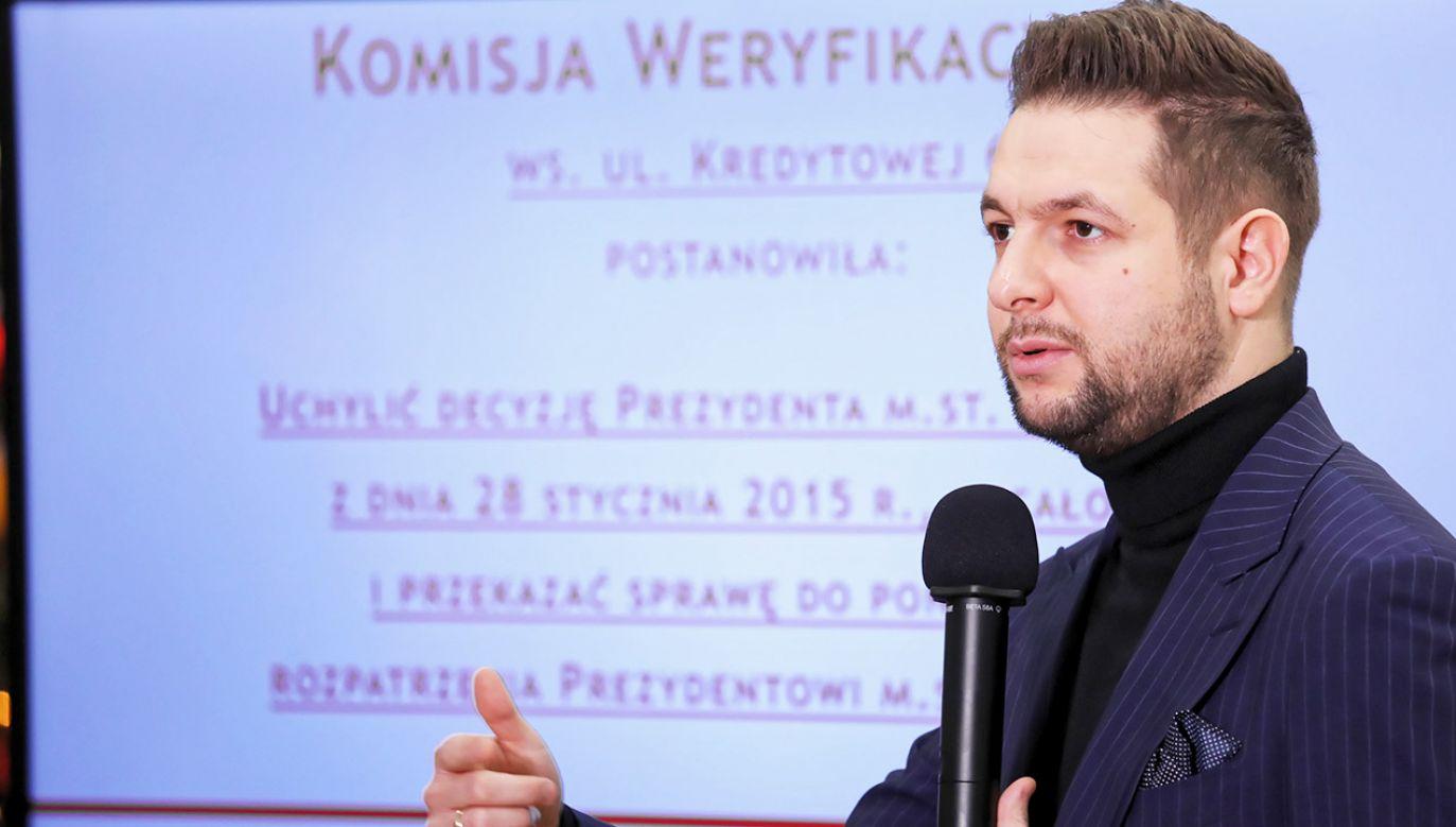 Przewodniczący Komisji Weryfikacyjnej Patryk Jaki podczas konferencji prasowej po niejawnym posiedzeniu komisji w Ministerstwie Sprawiedliwości (fot. PAP/Tomasz Gzell)