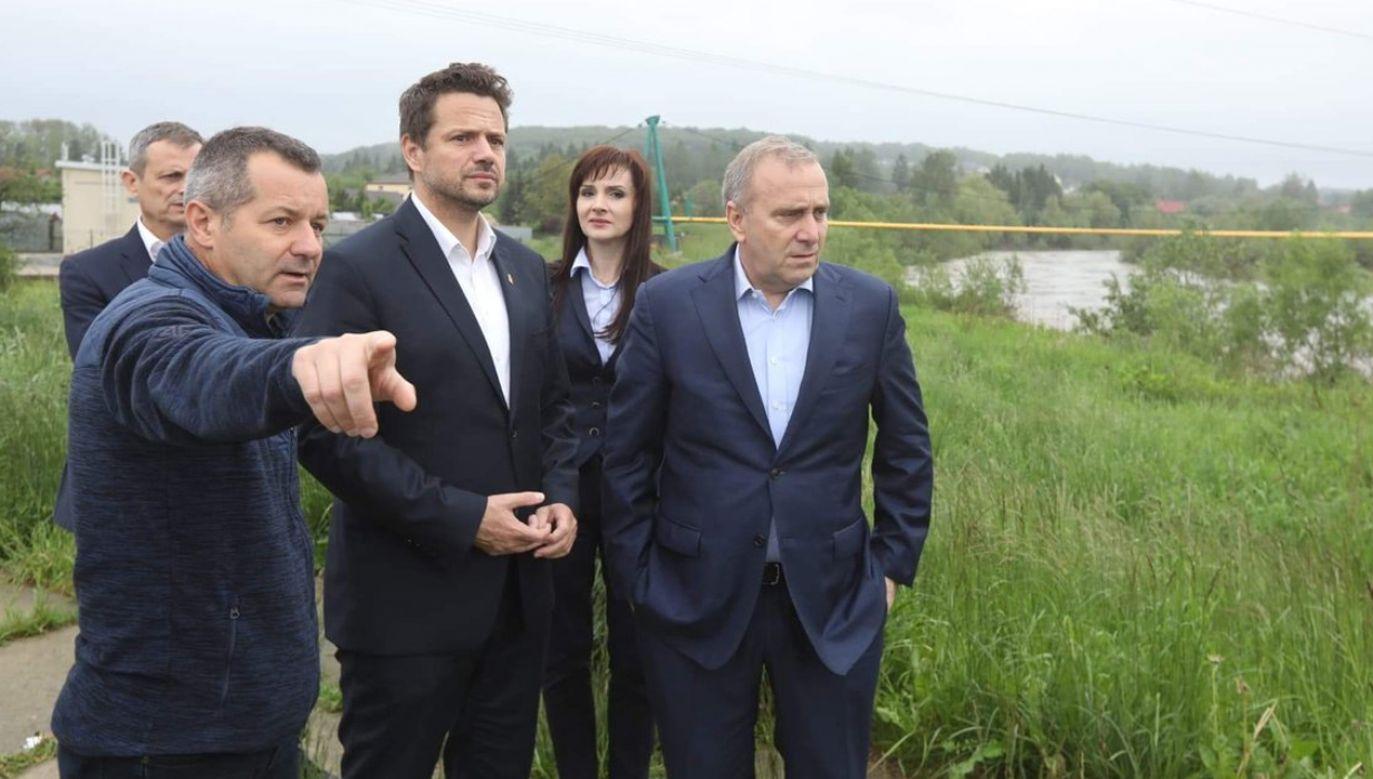 Dziś lider PO najwidoczniej zmienił zdanie na ten temat. Zdjęcia opublikował na Twitterze (fot. TT/Grzegorz Schetyna)