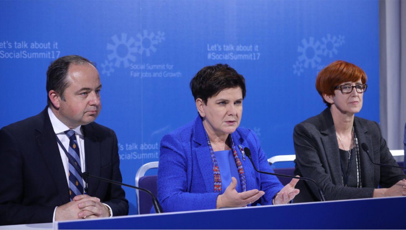 Premier Beata Szydło (C), minister rodziny, pracy i polityki społecznej Elżbieta Rafalska (P) i wiceminister spraw zagranicznych Konrad Szymański (L) (fot. PAP/Rafał Guz)