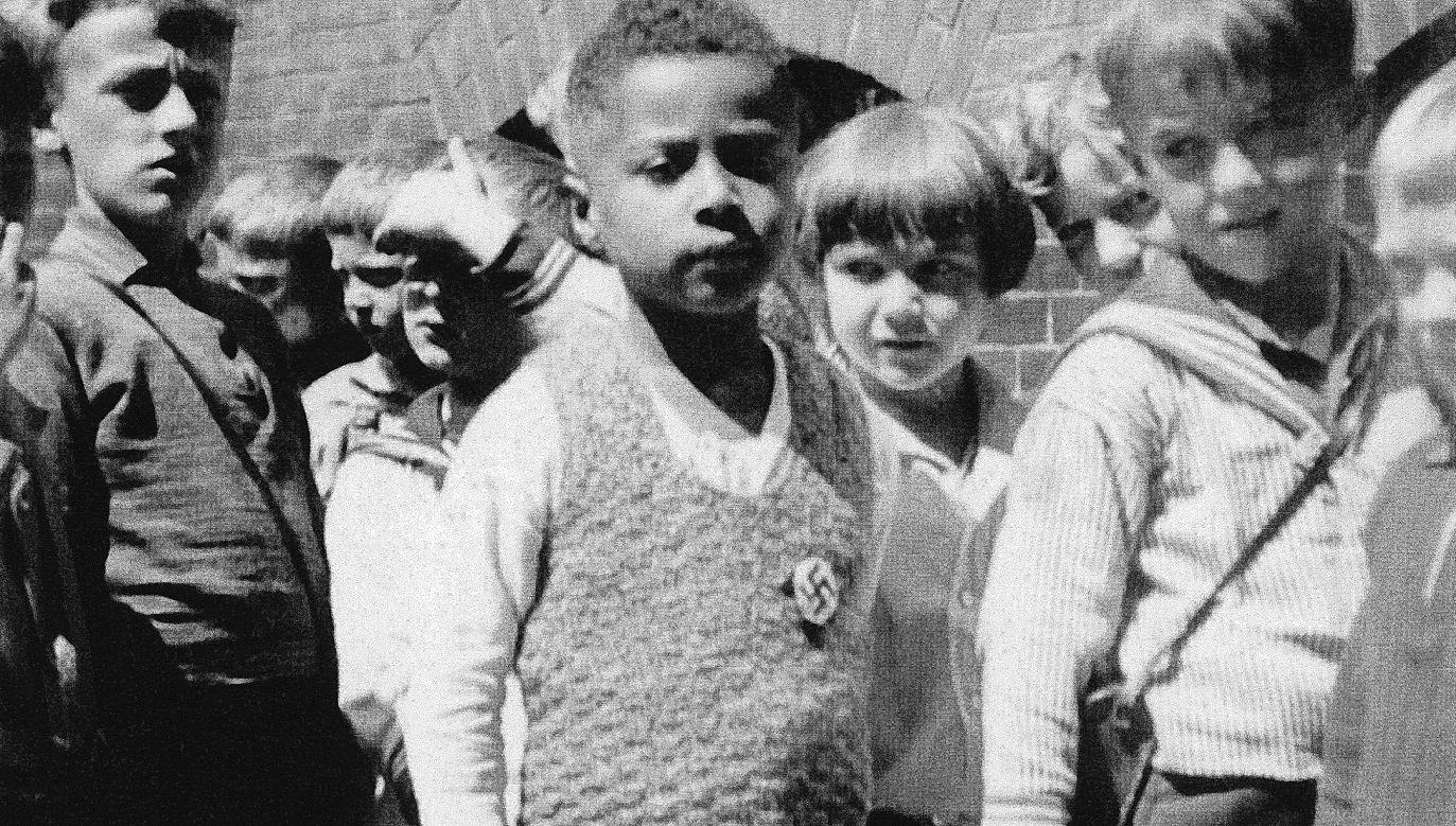 Hamburg 1933.Hans-Jürgen Massaquoi na dziedzińcu szkolnym. Zdjęcie z kolekcji H.-J. Massaquoia.