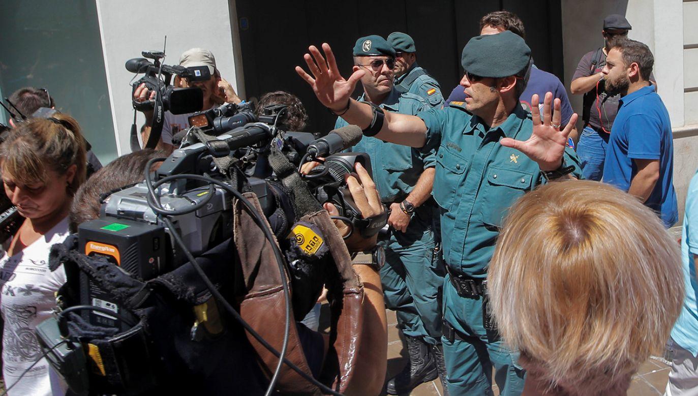 Dziennikarze przed domem Eduardo Zaplany, byłego ministra pracy i regionalnego prezydenta Walencji pod rządami hiszpańskiej Partii Ludowej (fot. REUTERS/Heino Kalis)