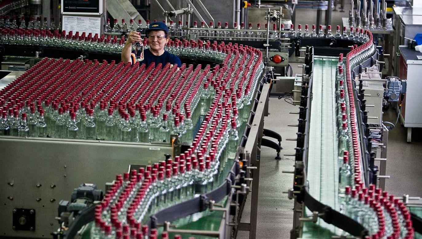 Linia produkcyjna, na której wytwarzana jest wódka pod nazwą Czysta de Luxe Żołądkowa Gorzka w spółce Stock Polska / Polmos Lublin (fot. PAP/Wojciech Pacewicz)