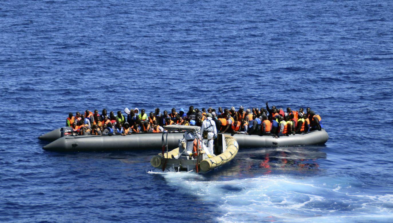 Imigranci u wybrzeży Sycylii (fot. REUTERS/Marina Militare/Handout via Reuters ATTENTION EDITORS)