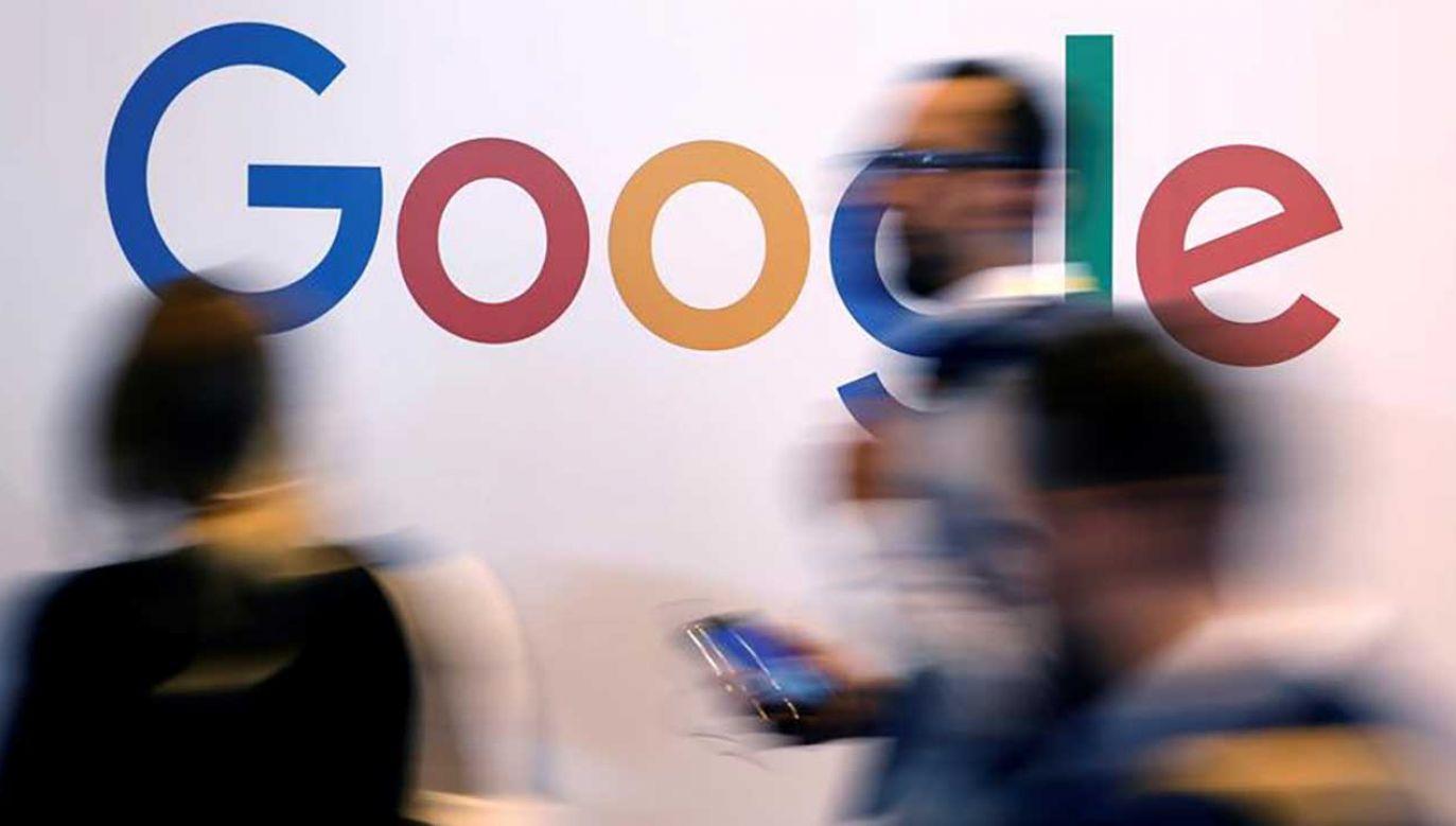 Google miało nadużywać swojej pozycji dominującej, zmuszając największych producentów telefonów do fabrycznego instalowania ich wyszukiwarki oraz przeglądarki (fot. REUTERS/Charles Platiau)