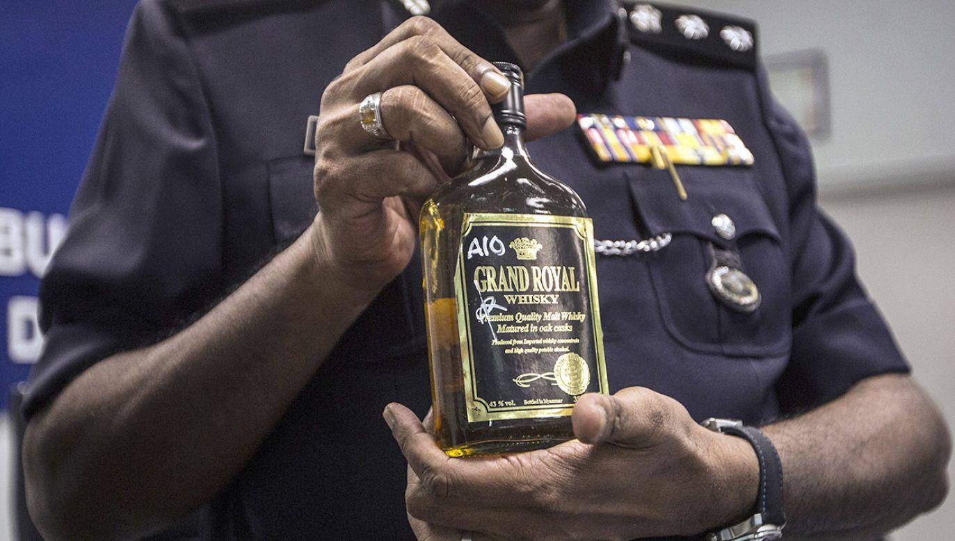 Do zatrucia doszło pędzonym pokątnie alkoholem, popularnym wśród biednych robotników (fot. PAP/EPA/AHMAD YUSNI)
