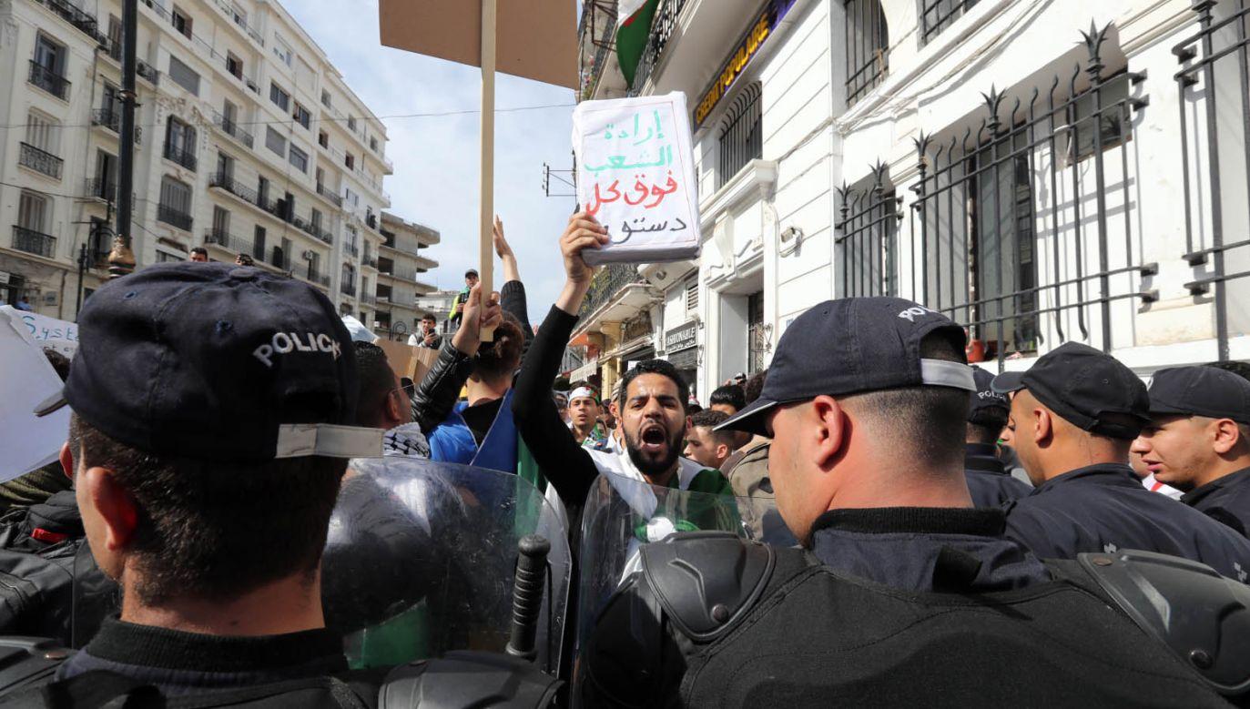 W ostatnich dniach setki tysięcy Algierczyków protestowały, domagając się rezygnacji prominentnych polityków (fot. PAP/EPA/MOHAMED MESSARA)