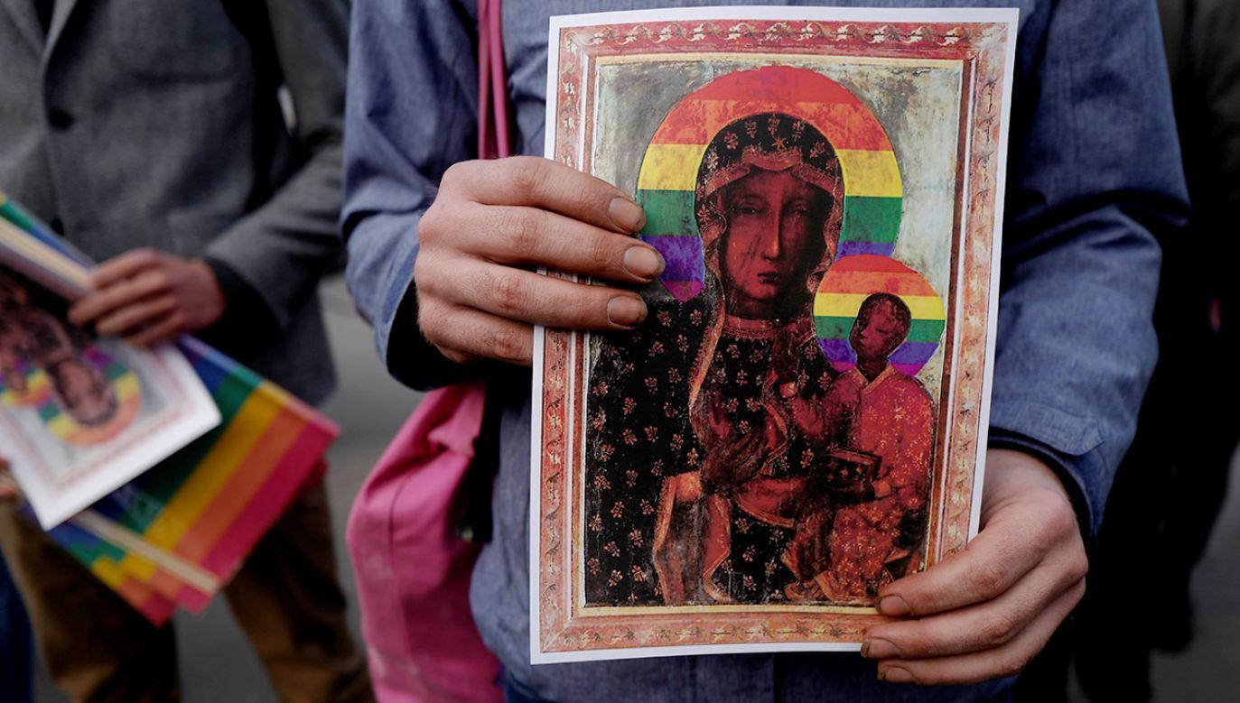 Tęcze wróciły, tym razem mając być wątpliwą ozdobą dla wielu Polaków świętego wizerunku Matki Boskiej Częstochowskiej(fot. REUTERS/Kacper Pempel)
