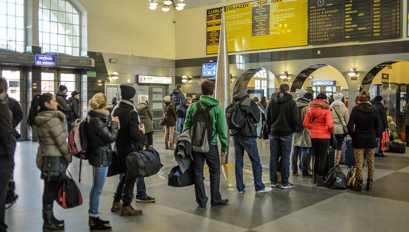 """Jak powiedział wiceminister infrastruktury Andrzej Bittel, """"dzięki biletowi podróże staną się prostsze i tańsze"""" (fot. arch. PAP/Wojciech Pacewicz)"""