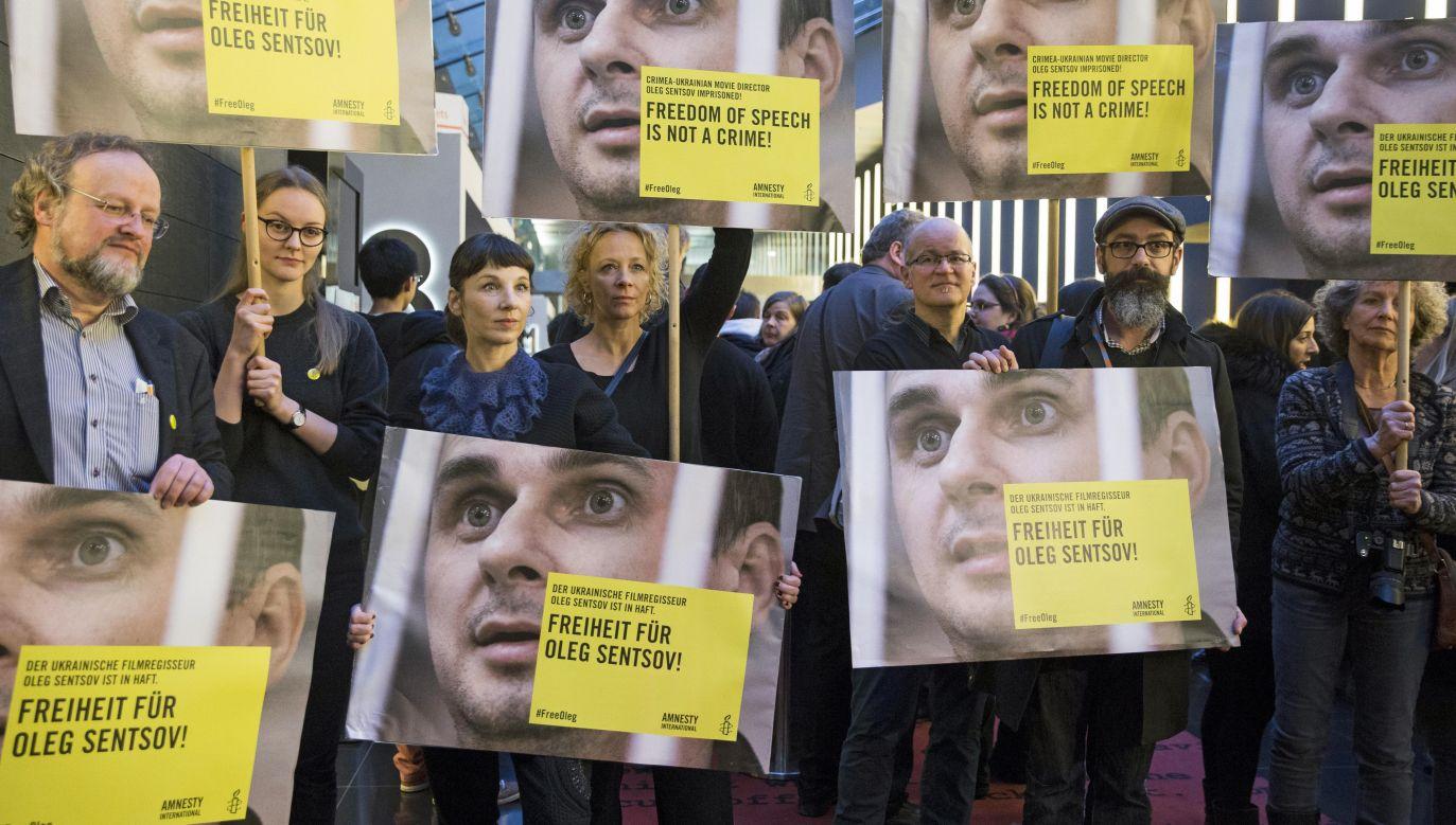 """""""Wolność słowa to nie zbrodnia"""". Protest podczas festiwalu filmowego w Berlinie, 14 lutego 2016 roku (fot. Mehmet Kaman/Anadolu Agency /Getty Images)"""