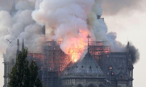 Ogień zajął cały dach. Fot. Ian Langsdon/PAP/EPA