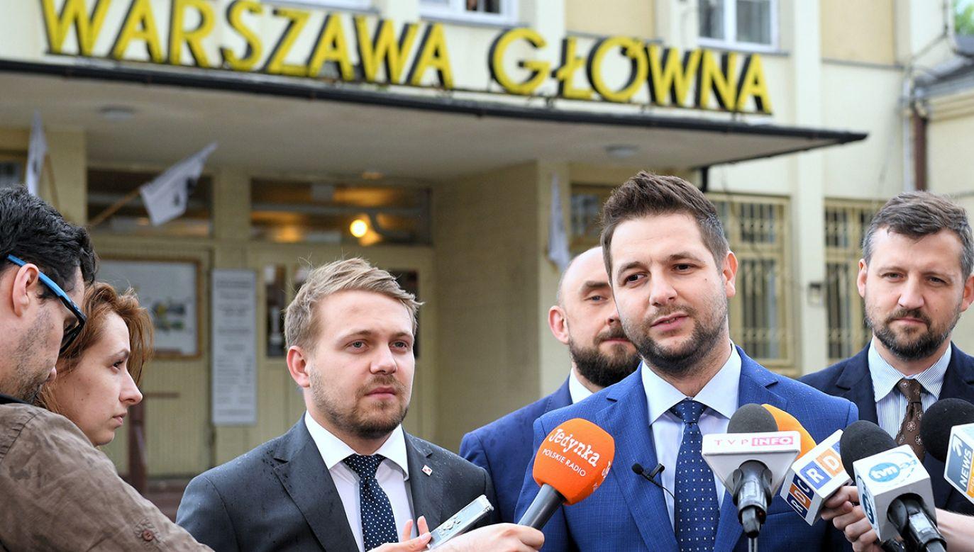 Kandydat Zjednoczonej Prawicy na prezydenta Warszawy Patryk Jaki (2P)  (fot. PAP/Radek Pietruszka)