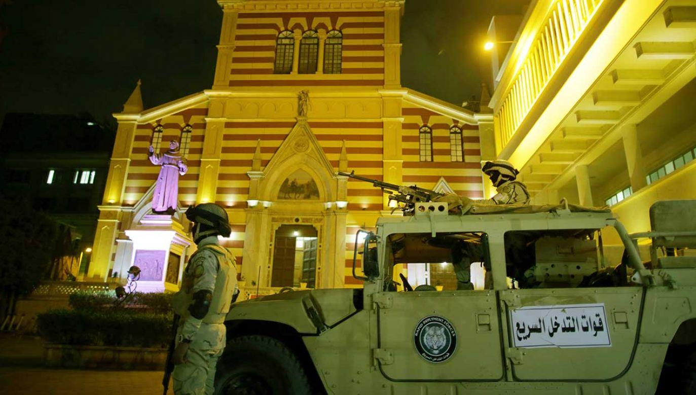 Egipscy żołnierze przed kościołem św. Józefa w Kairze (fot. arch. PAP/EPA/KHALED ELFIQI)