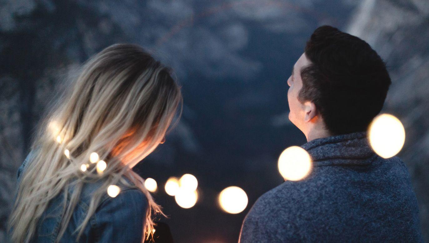 Na randkę mężczyzna umówił się przez internet (fot. Pixabay/StockSnap)