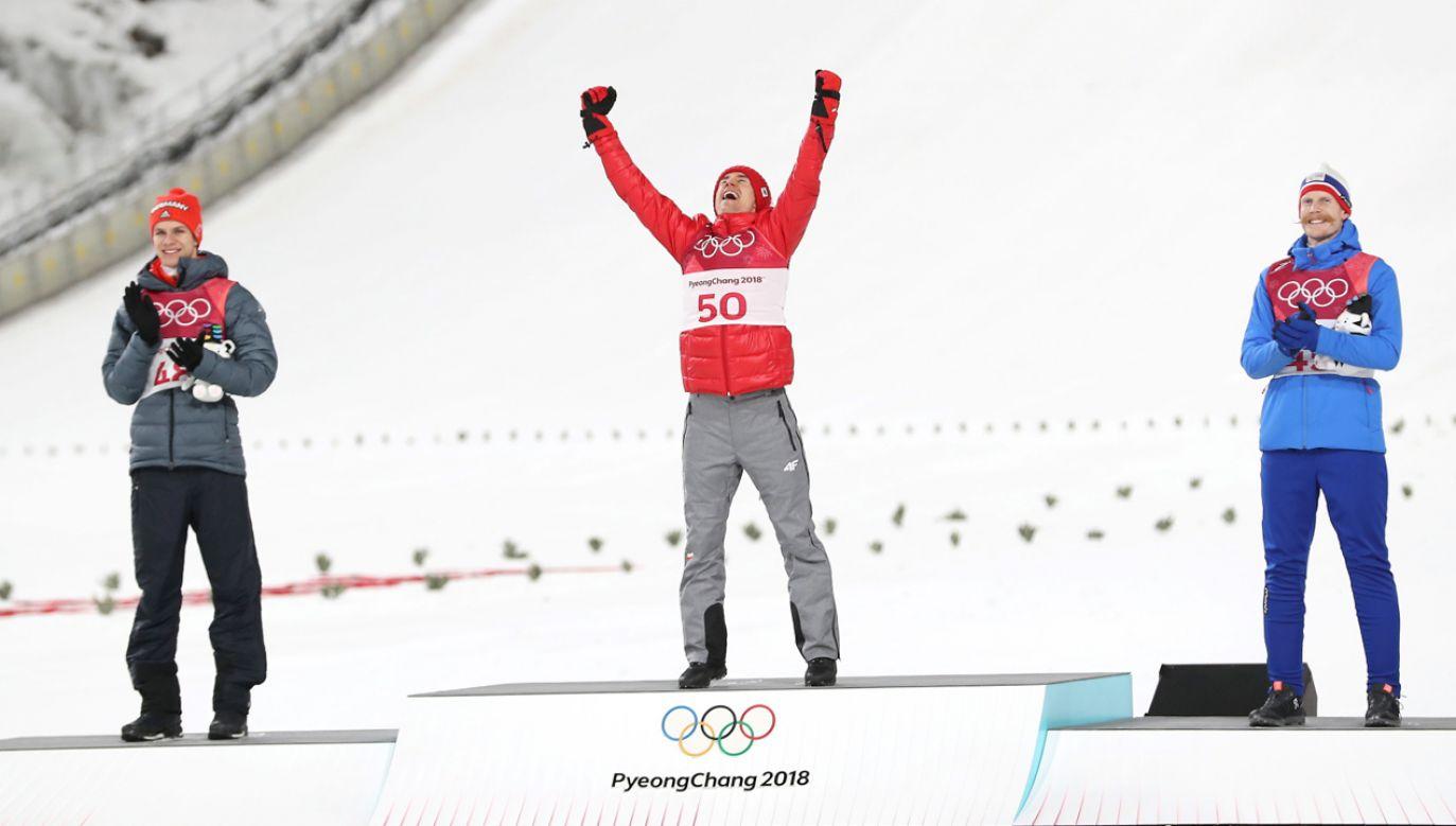 Stoch zdobył złoty medal i wyprzedził Niemca Andreasa Wellingera (L) i Norwega Roberta Johanssona (P). (fot. PAP/Grzegorz Momot)