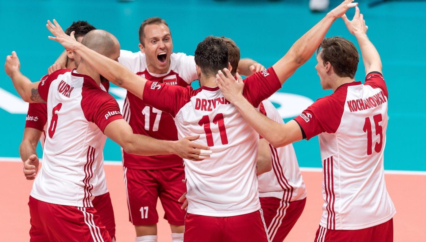 Polish volleyball players celebrating during the match against Serbia. Photo: PAP/Maciej Kulczyński