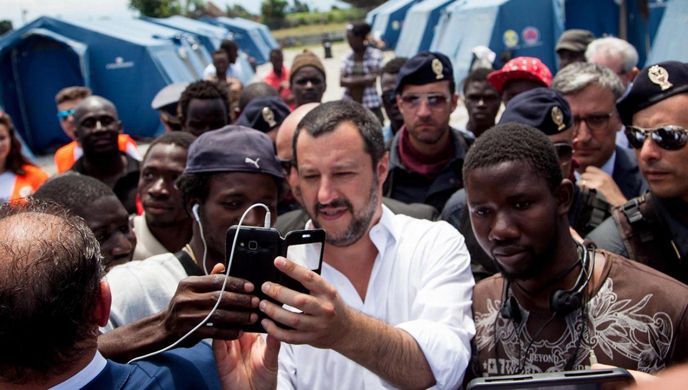 Włoskie porty zostały zamknięte dla statków zagranicznych organizacji pozarządowych, które ratują ludzi z łodzi i pontonów (fot. PAP/EPA/MARCO COSTANTINO)