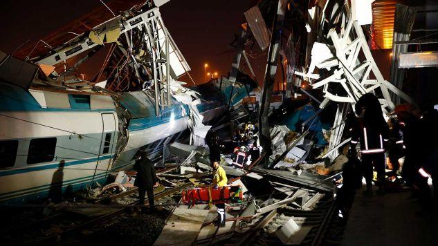 W miejscu wypadku trwa akcja ratunkowa (fot. PAP/EPA/DOGUKAN KESKINKILIC?ANADOLU AGENCY)