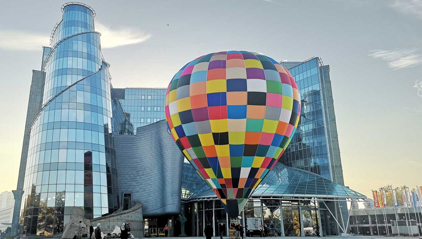 Pee siedzibą TVP pojawił się wielki, kolorowy balon (fot. portal tvp.info)