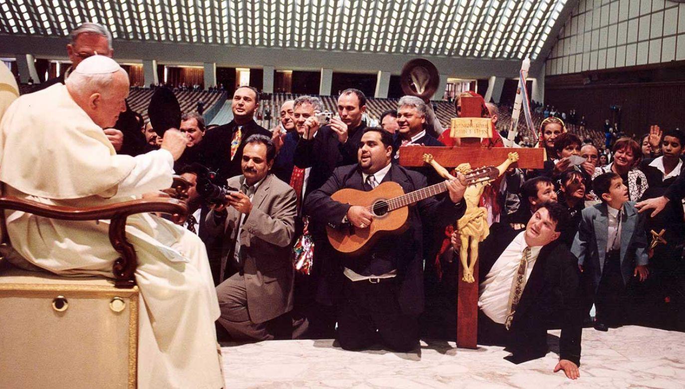 Papież Jan Paweł II słuchający węgierskiego etnicznego zespołu muzycznego podczas prywatnej audiencji w Watykanie (fot. arch. PAP/EPA/VATICAN PRESS OFFICE /POOL)