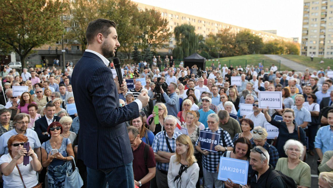 Środowy koncert zgromadził dużą grupę zwolenników Patryka Jakiego (fot. PAP/Marcin Obara)