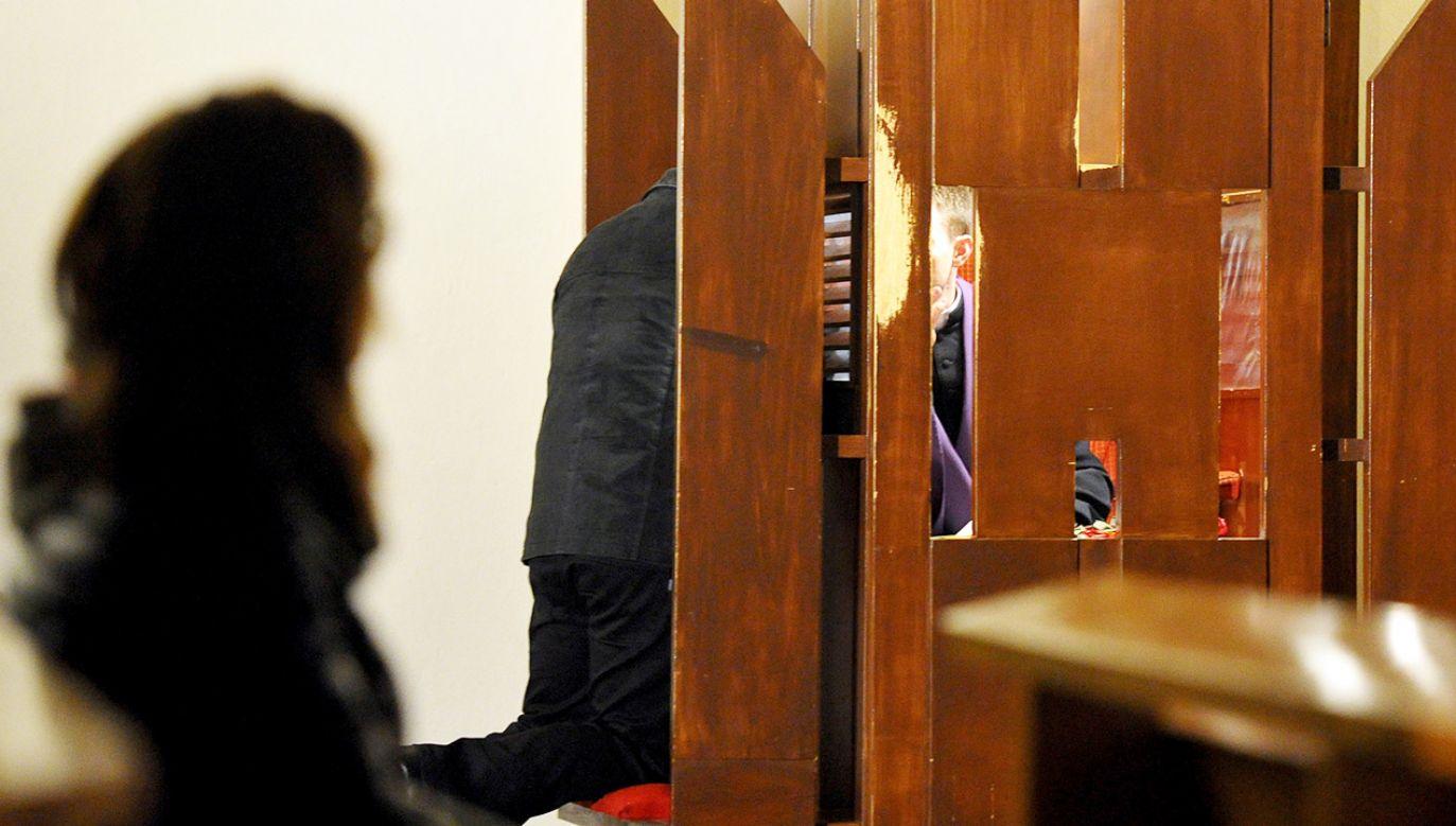 Spowiedź wiernych w konfesjonale (fot. arch.PAP/Marcin Bielecki, zdjęcie ilustracyjne)