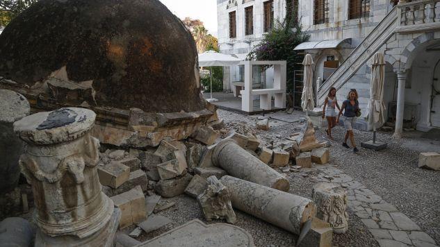 Ostatnie wstrząsy wtórne zarejestrowano dziś o piątej nad ranem (fot. PAP/EPA/YANNIS KOLESIDIS)
