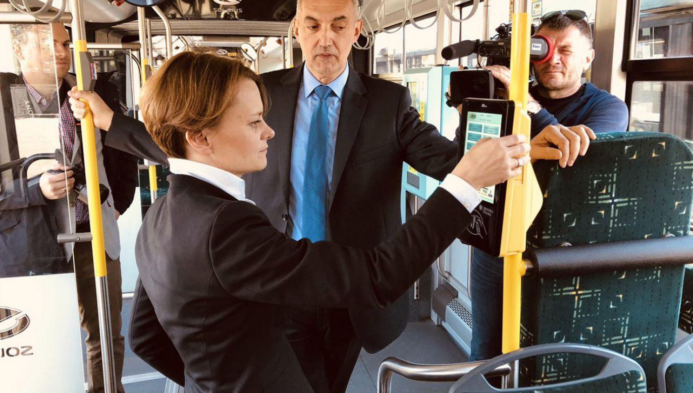 Min. Jadwiga Emilewicz odwiedziła stację ładowania autobusów elektrycznych w Jaworznie (fot. tt/@MPiT_GOV_PL)