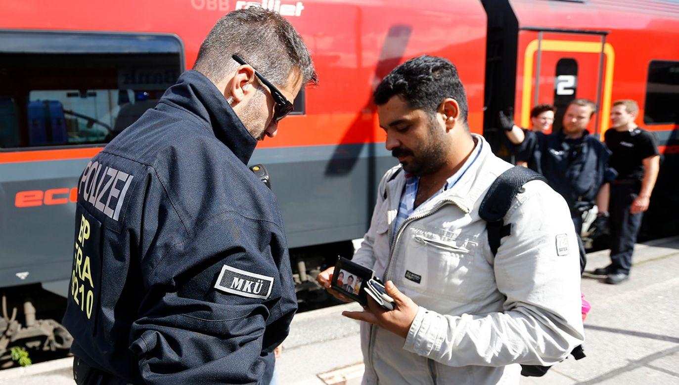 """""""W pierwszej połowie 2018 roku 58 proc. ubiegających się o azyl nie miało żadnych dokumentów tożsamości. Kim oni są? Czy mają w ogóle powód, żeby ubiegać się o azyl?"""" – pyta publicysta Wolfgang Buescher (fot. REUTERS/Dominic Ebenbichler)"""