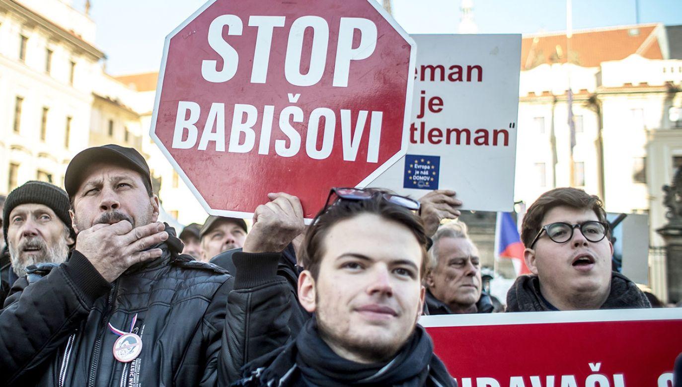 Premier Czech Andrej Babisz powtórzył w niedzielę wieczorem, że nie zamierza rezygnować z funkcji mimo sobotnich wielotysięcznych demonstracji (fot. PAP/EPA/MARTIN DIVISEK)