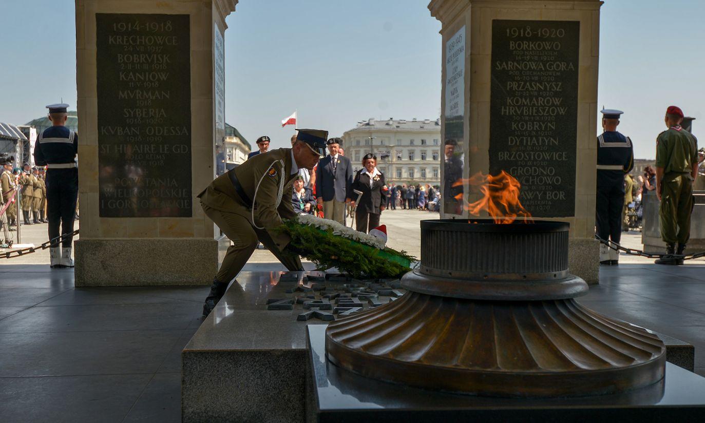 Złożenie wieńców przed Grobem Nieznanego Żołnierza (fot. PAP/Marcin Obara)
