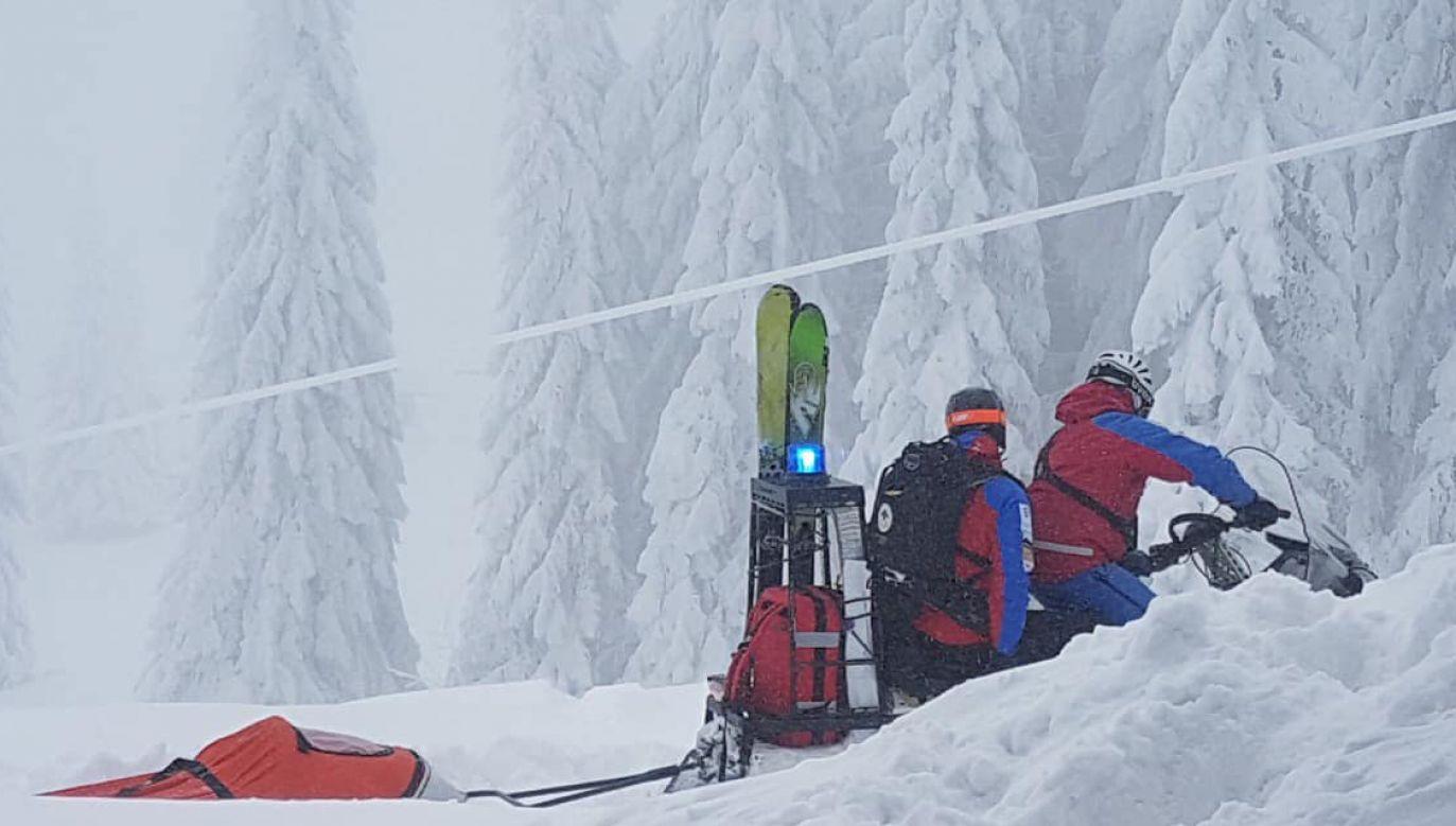 Z powodu ogromnej ilości śniegu goprowcy mieli problem z dotarciem do rowerzysty, choć jechali na skuterze śnieżnym (fot. FB/GOPR Beskidy)