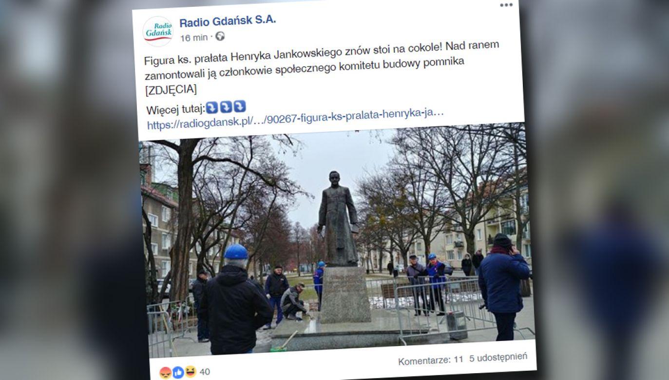 Ponowny montaż rzeźby przedstawiającej kapłana trwał ok. godziny (fot. Facebook/Radio Gdańsk S.A.)
