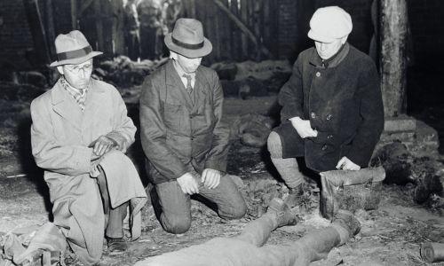 Burmistrzowie niemieccy zmuszeni przez Amerykanów do oddania czci ofiarom mordu w Gardelegen. Fot. Getty Images/Bettmann