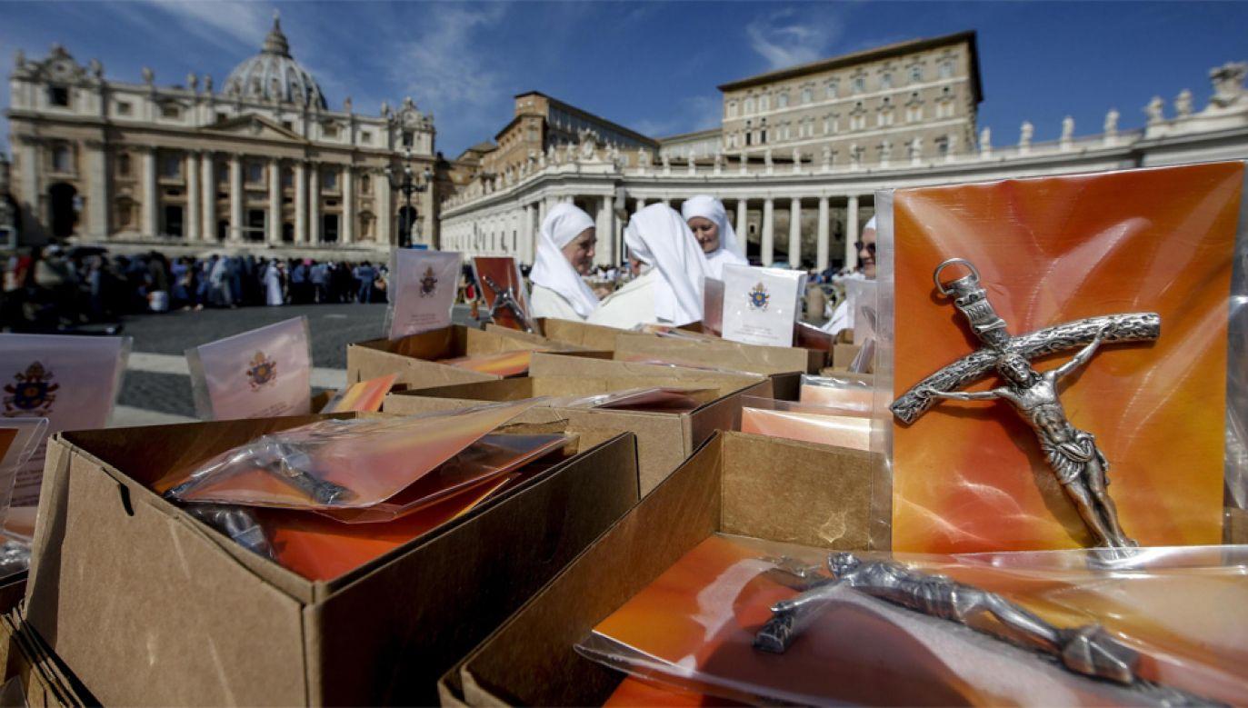 Dla wiernych przygotowano 40 tys. krzyży (fot. EPA/FABIO FRUSATCI)