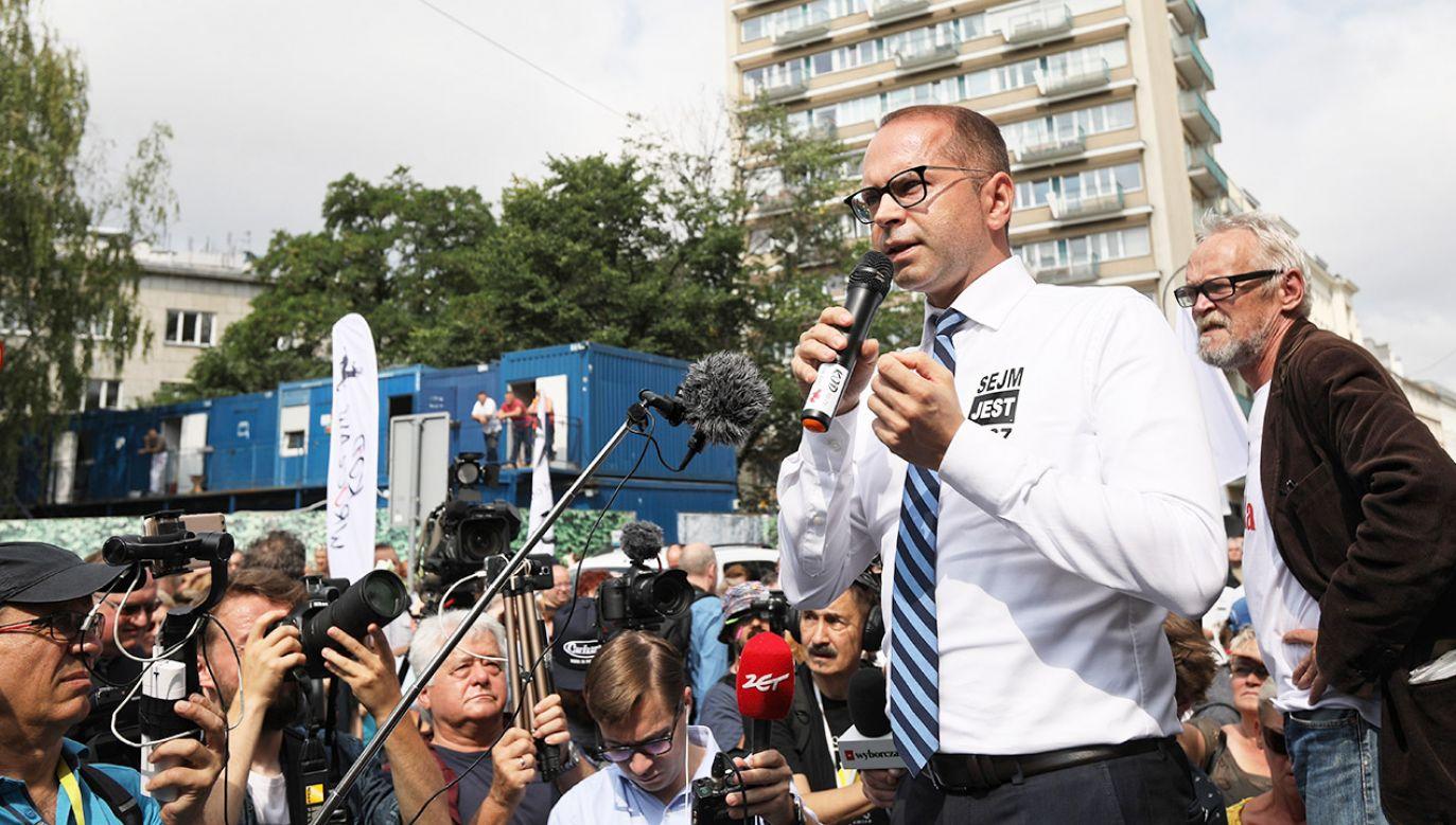 Michał Szczerba podczas manifestacji przeciwników reformy sądownictwa (fot. PAP/Leszek Szymański)