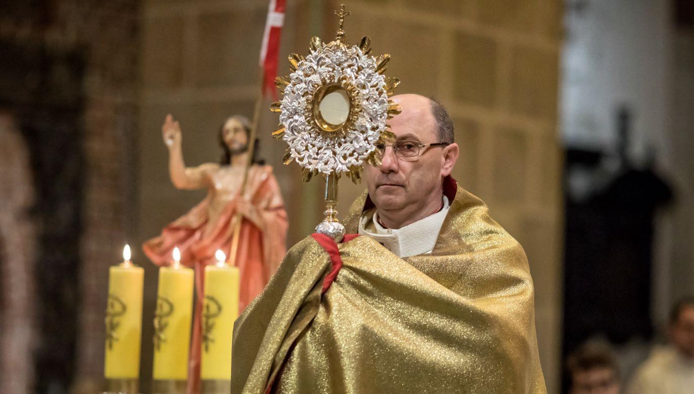 Arcybiskup Wojciech Polak podczas wielkanocnej mszy świętej  (fot. PAP/Paweł Jaskółka)