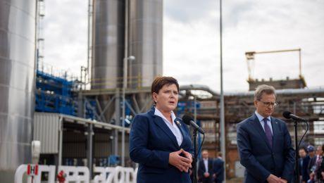 Premier Beata Szydło i prezes Grupy Azoty Wojciech Wardacki podczas otwarcia Wytwórni Poliamidów II , fot. PAP/Paweł Topolski