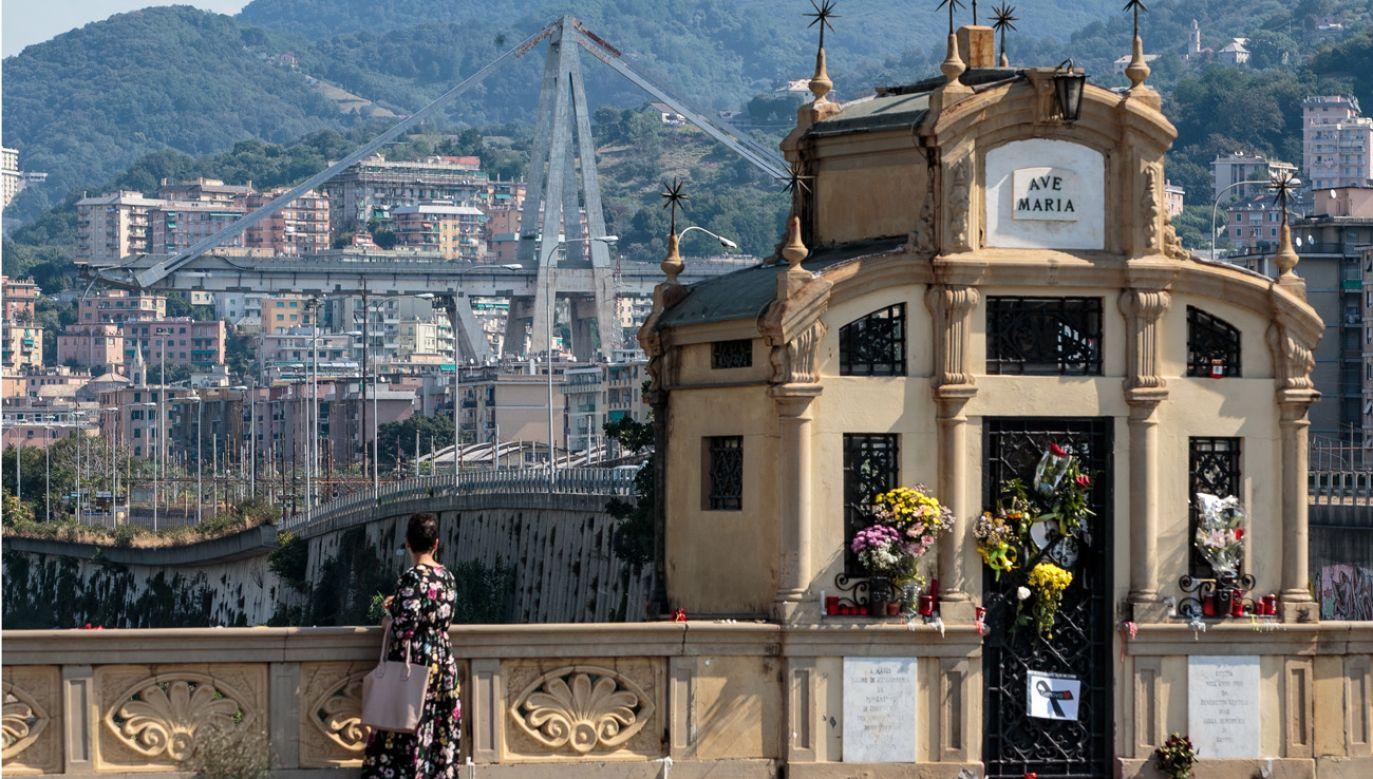 Mieszkańcy Genui składają kwiaty w pobliżu zawalonego wiaduktu (fot. Jack Taylor/Getty Images)