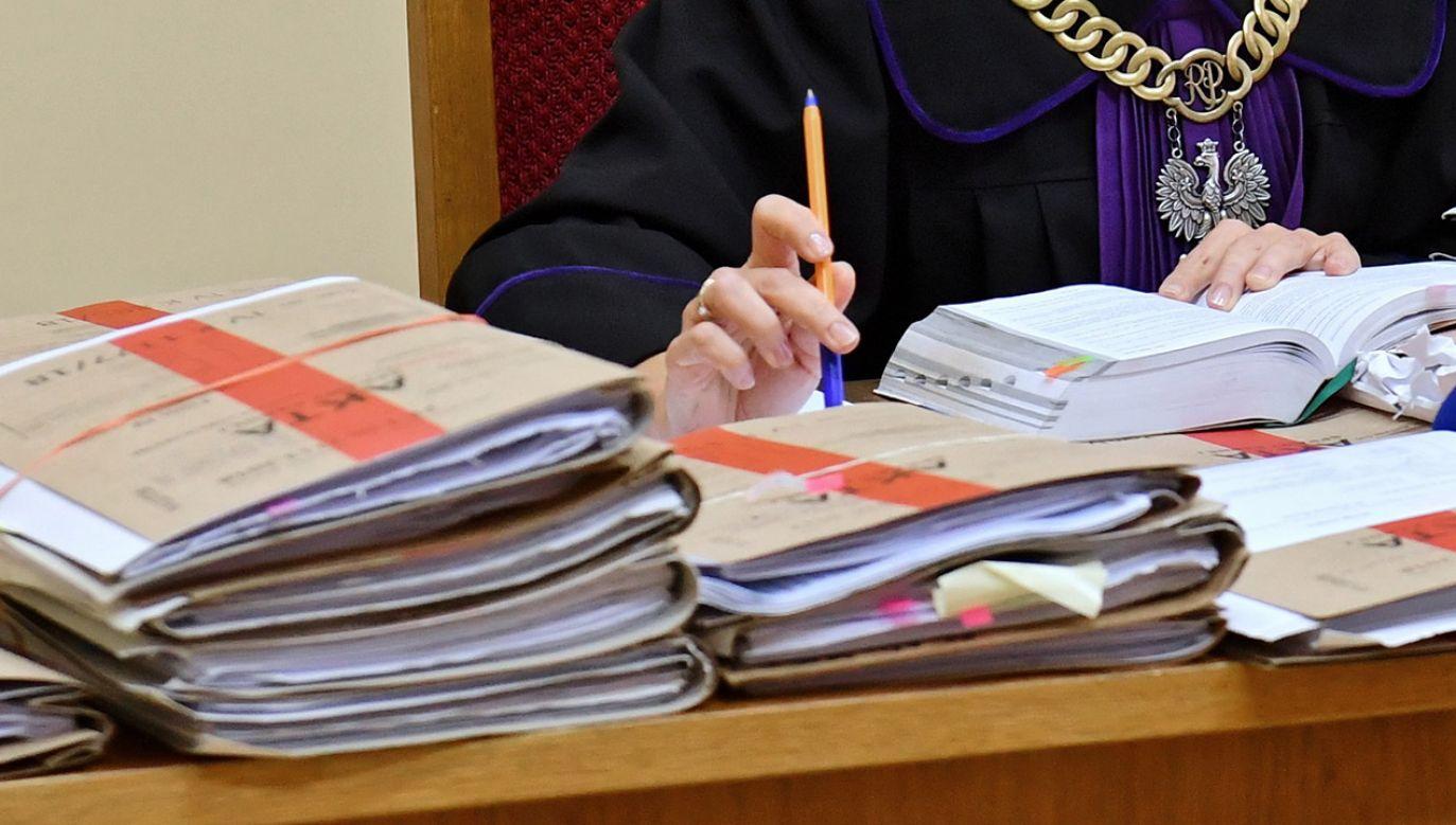 Oskarżonych w tej sprawie było 12 osób, ale jedna jeszcze przed rozpoczęciem procesu dobrowolnie poddała się karze (fot. PAP/Marcin Bielecki, zdjęcie ilustracyjne)