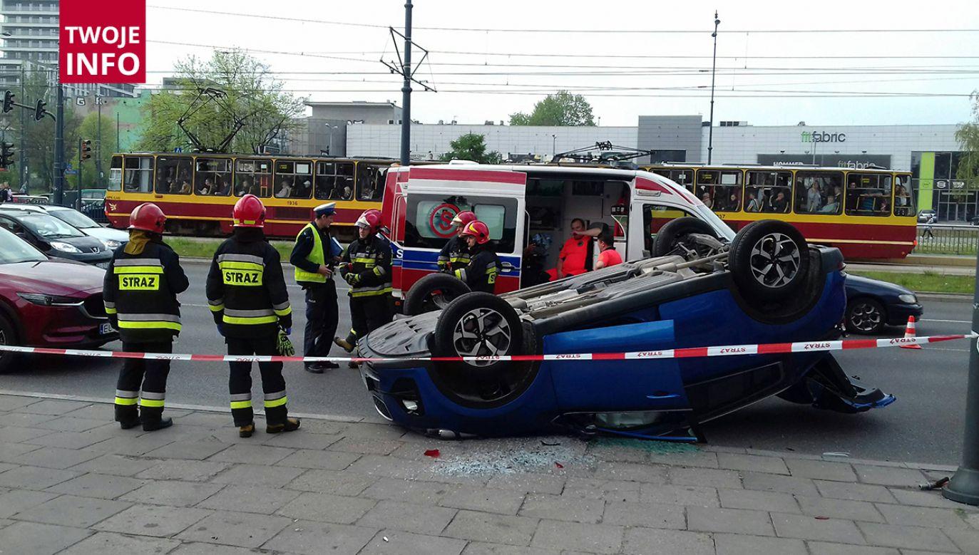 Szereg obrażeń odniosła kobieta, która dachowała autem do zderzeniu (fot. Twoje info/Jarosław Wasilewski JarekWPhoto)