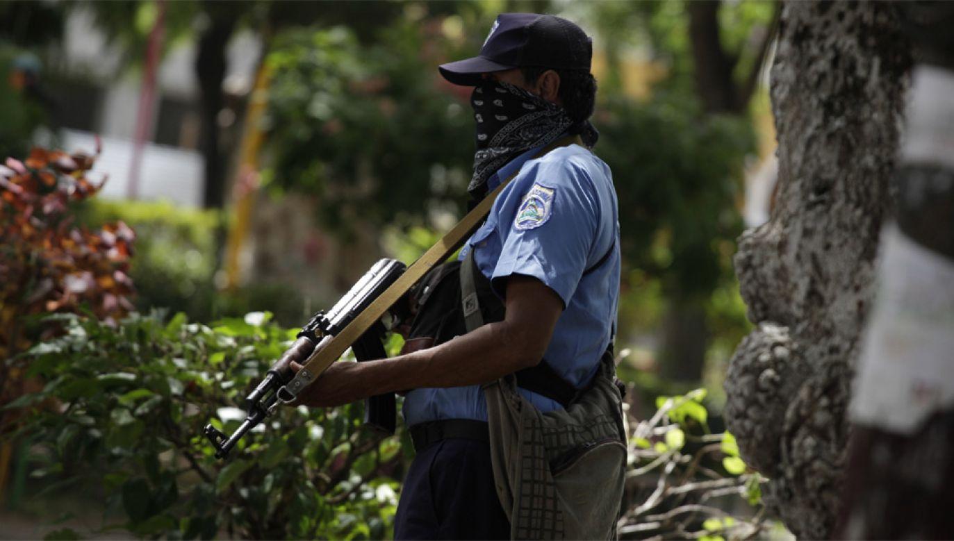Policja strzela do protestantów, używając ostrej amunicji (fot. PAP/EPA/RODRIGO SURA)