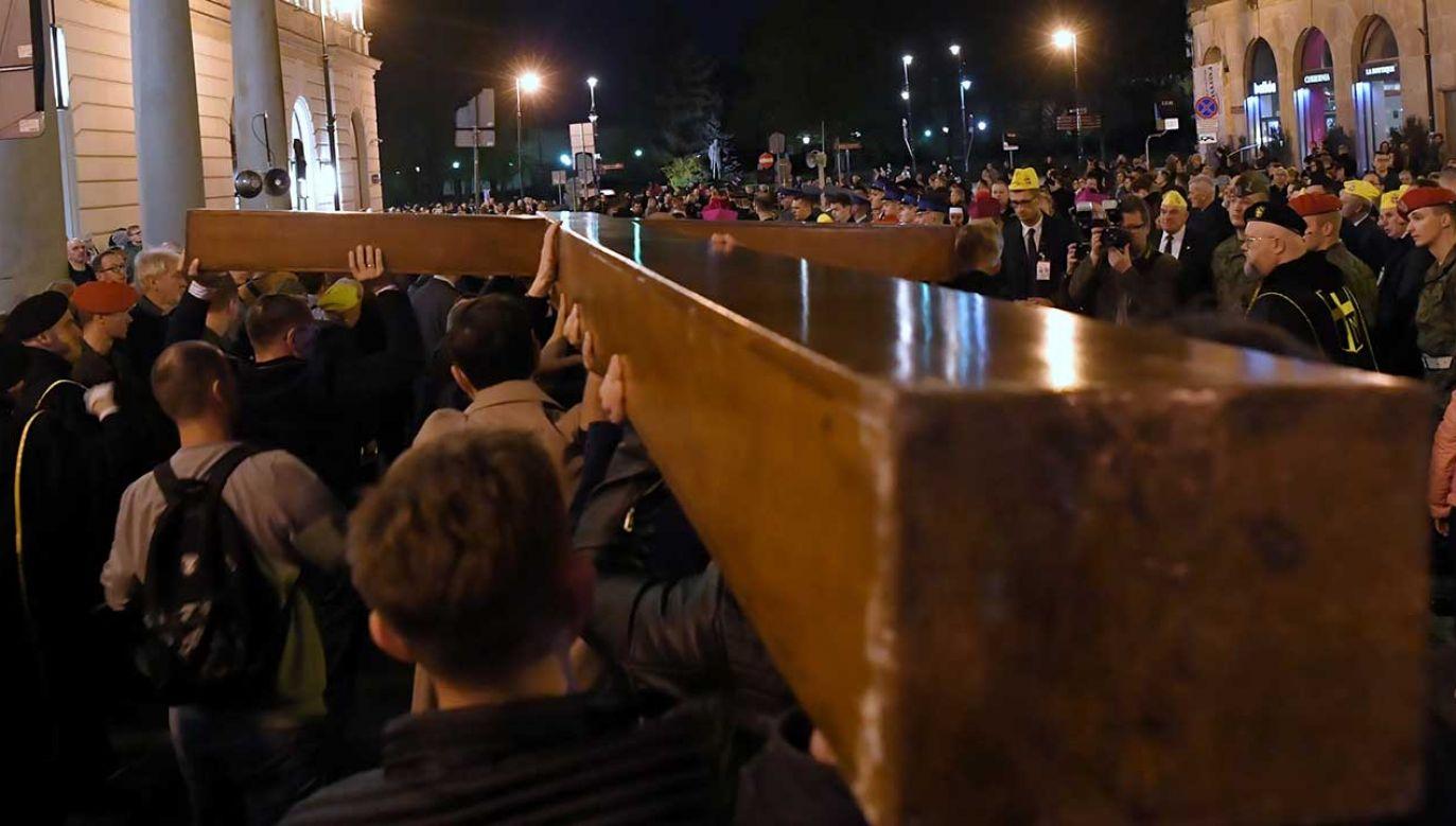 Kilkumetrowy krzyż niosą  m.in. biskupi i księża, siostry zakonne, studenci i straż miejska (fot. PAP/Piotr Nowak)