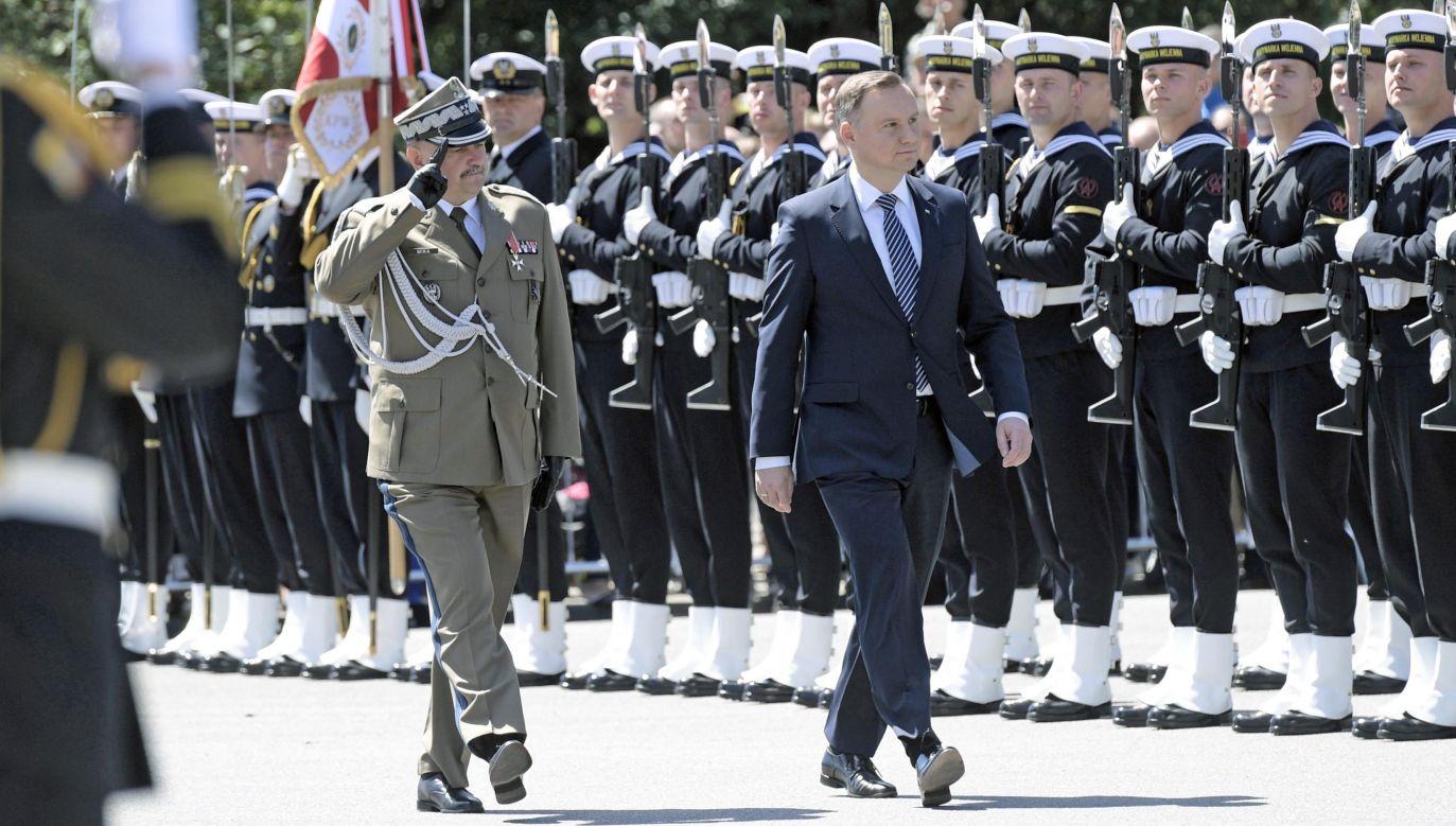 Prezydent Andrzej Duda (P) i dowódca Generalny Rodzajów Sił Zbrojnych gen. broni Jarosław Mika (L) podczas święta Marynarki Wojennej RP w Gdyni (fot. PAP/Adam Warżawa)