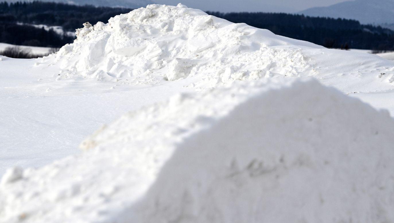 Śnieżyca odcięła górskie osady na Żywiecczyźnie od świata (fot. PAP/Darek Delmanowicz)