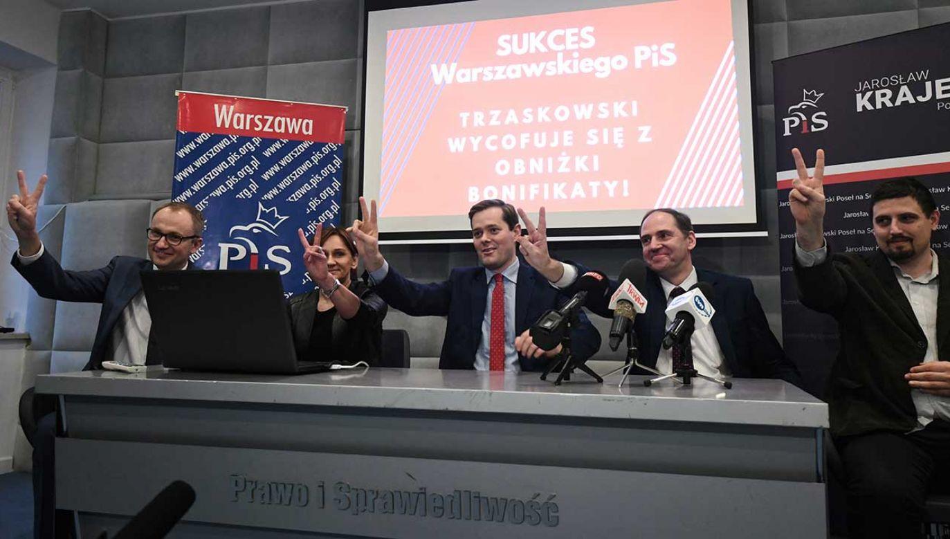Radni Jarosław Krajewski (C), Dariusz Figura (2P), Alicja Żebrowska (2L), Błażej Poboży (L) i Wiktor Klimiuk (P) podczas konferencji prasowej (fot. PAP/Bartłomiej Zborowski)